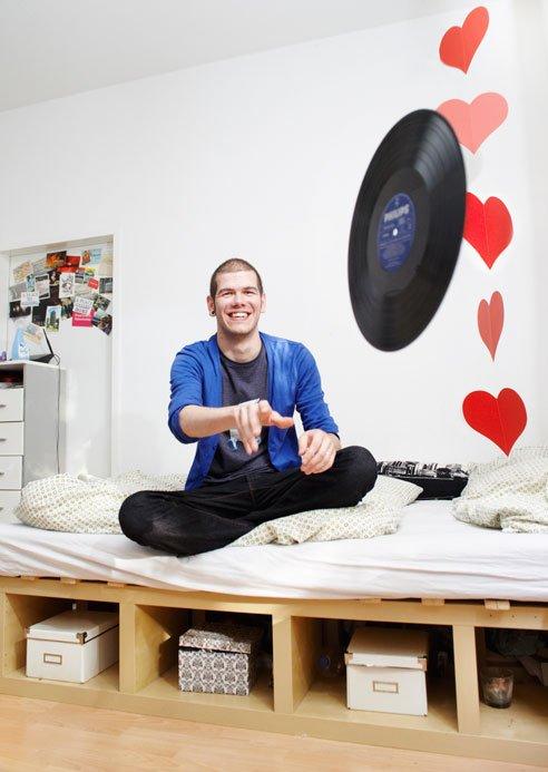DJ Sven Heartcrash wirft gut gelaunt eine Vinyl-Platte durch den Raum.