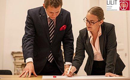 Eine Momentaufnahme aus dem Executive Coaching: Zwei Personen entwerfen einen Plan.