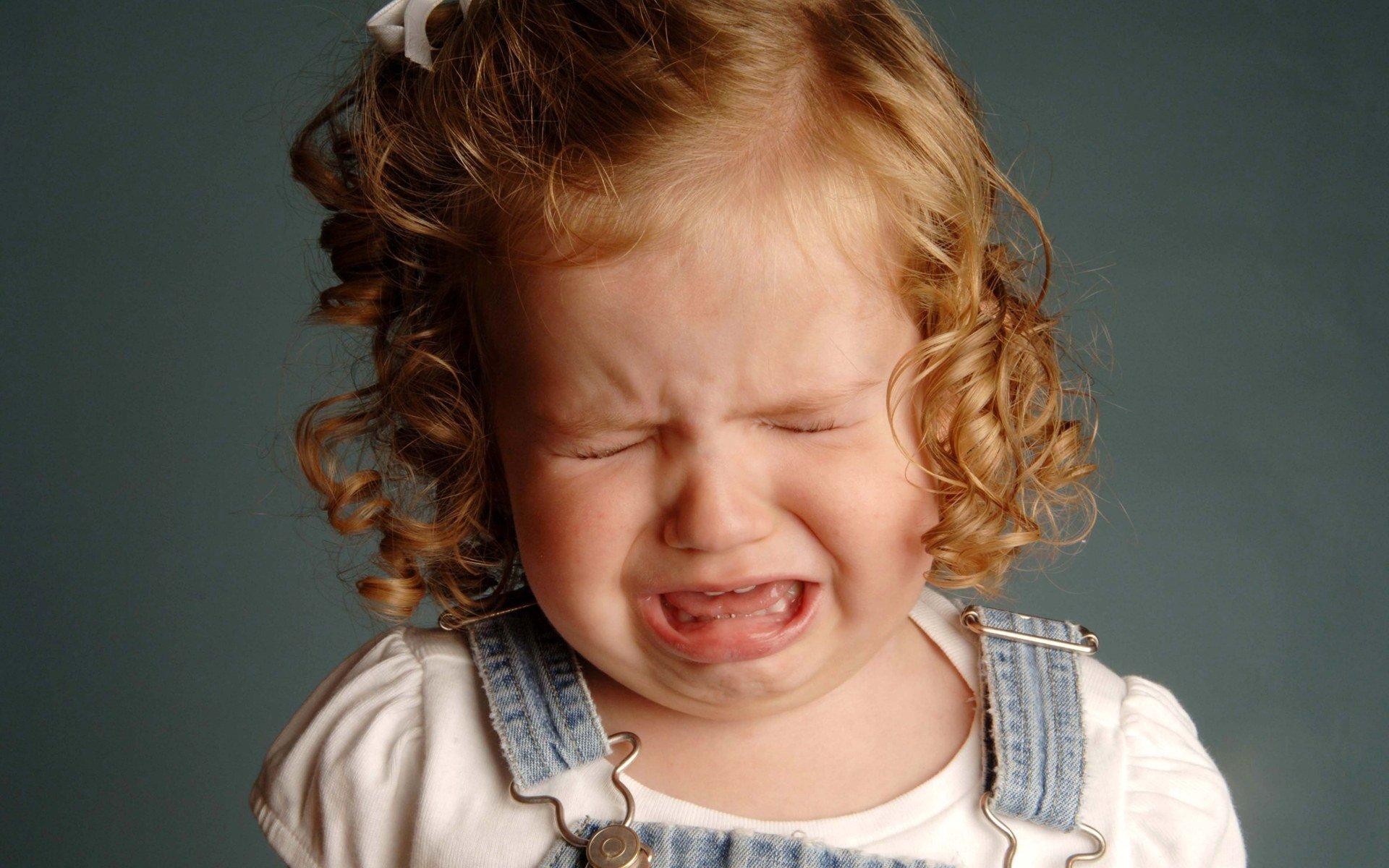 Weinend in Opferrolle! Erwachsende verhalten sich manchmal wie kleine Kinder