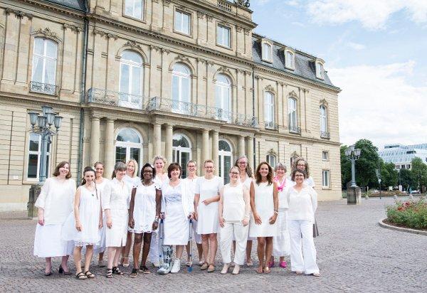 Die Vorbild-Unternehmerinnen vor dem Neuen Schloss in Stuttgart