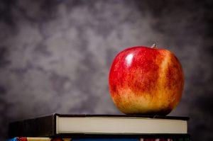 Ein Apfel liegt auf einem Buch - Storytelling und Geschichten warten auf den Leser