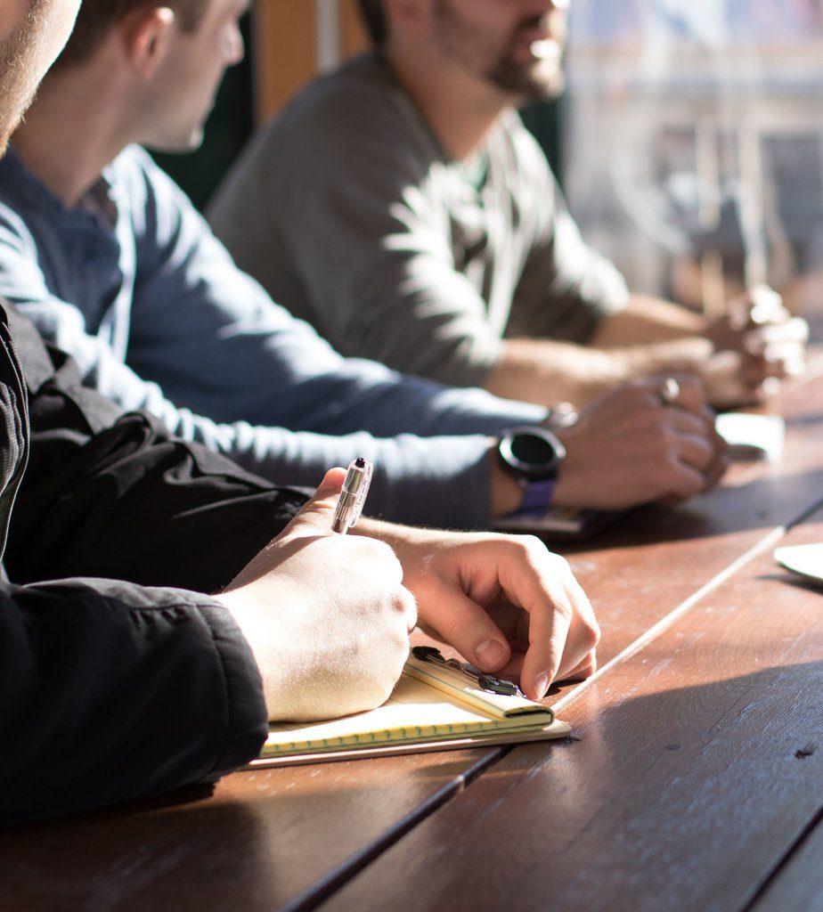Wenn alle zusammensitzen heißt es: Effiziente Meetings oder Meetingshölle - das ist hier die Frage!